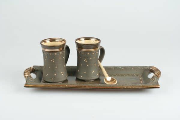 Töpferei Drehwurm rechteckige Platte mit Kakaotassen und Löffel gold