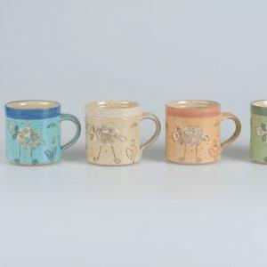 Töpferei Drehwurm Tasse mit Schaf in vier Farben